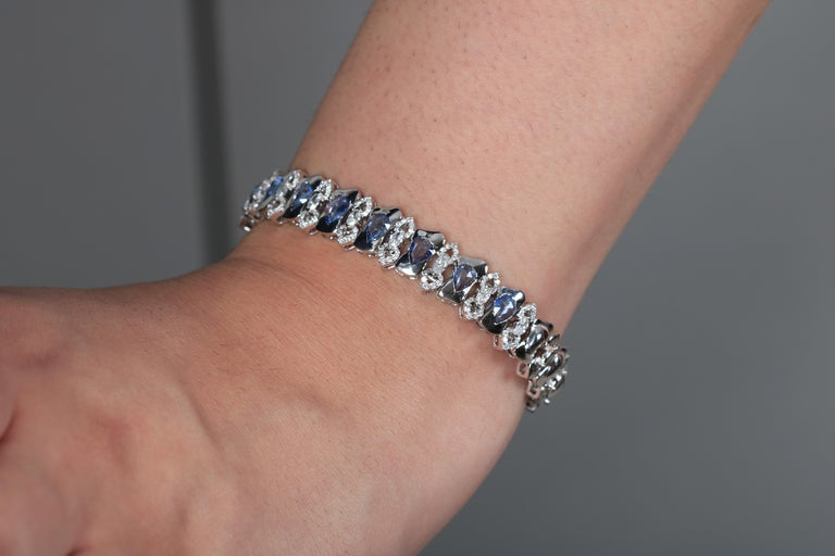 18 Karat White Gold Arabesque Bracelet with Blue Sapphires In New Condition For Sale In Abu Dhabi, Abu Dhabi