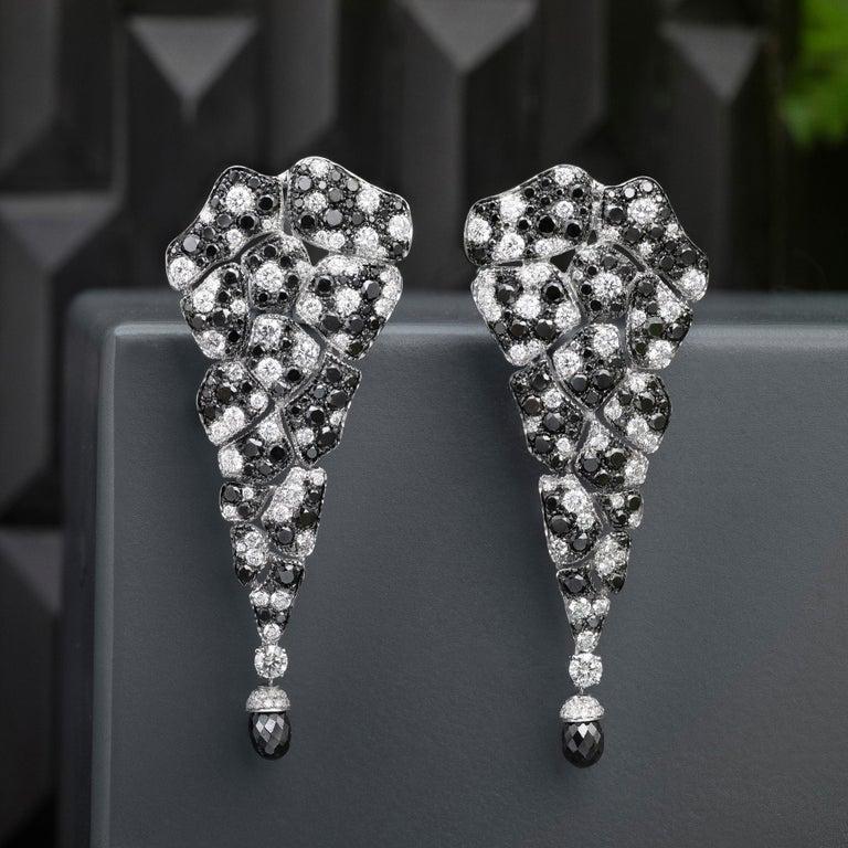 18 Karat White Gold, Black Diamonds and White Diamonds Chandelier Earrings For Sale 1