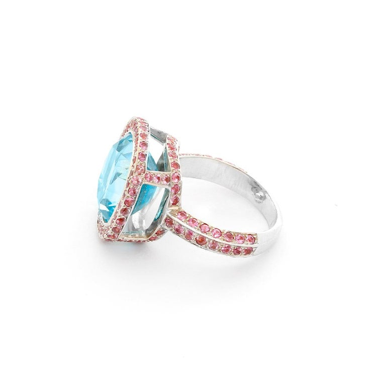 18 Karat White Gold Blue Topaz and Pink Sapphire Ring In Excellent Condition For Sale In Dallas, TX