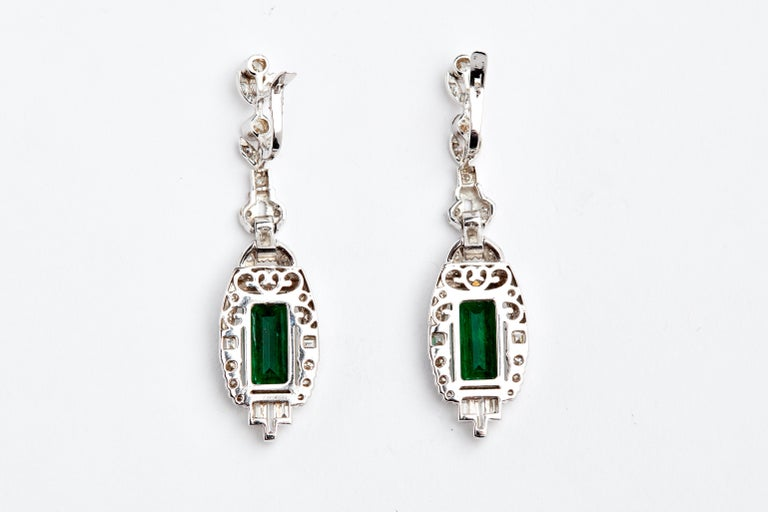 18 Karat White Gold Colombian Emeralds and Diamonds Earrings In Good Condition For Sale In New York, NY