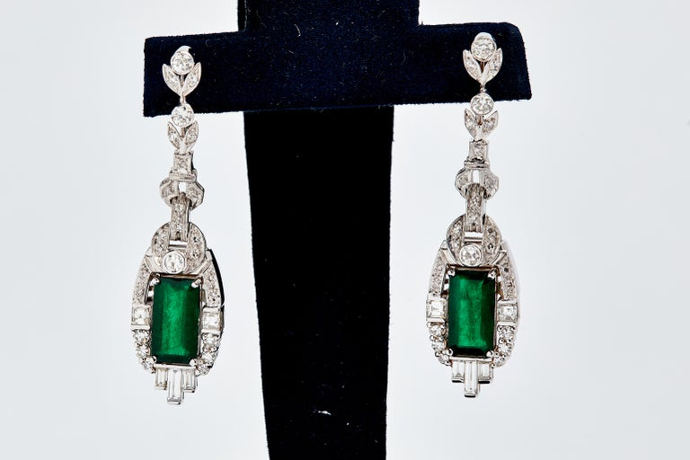 18 Karat White Gold Colombian Emeralds and Diamonds Earrings For Sale 2