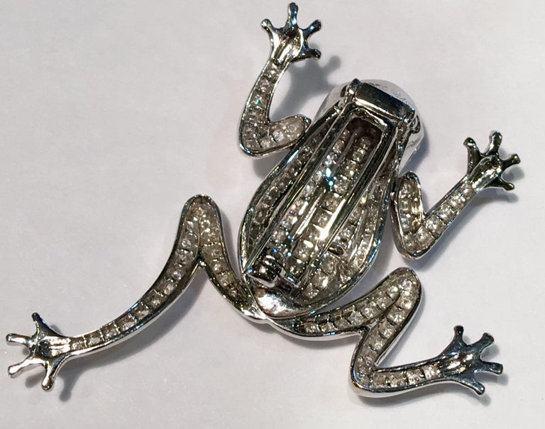 18 Karat White Gold Diamond Frog with Sapphire Cabochon Eyes Moving Limbs Brooch In Excellent Condition For Sale In Tustin, CA