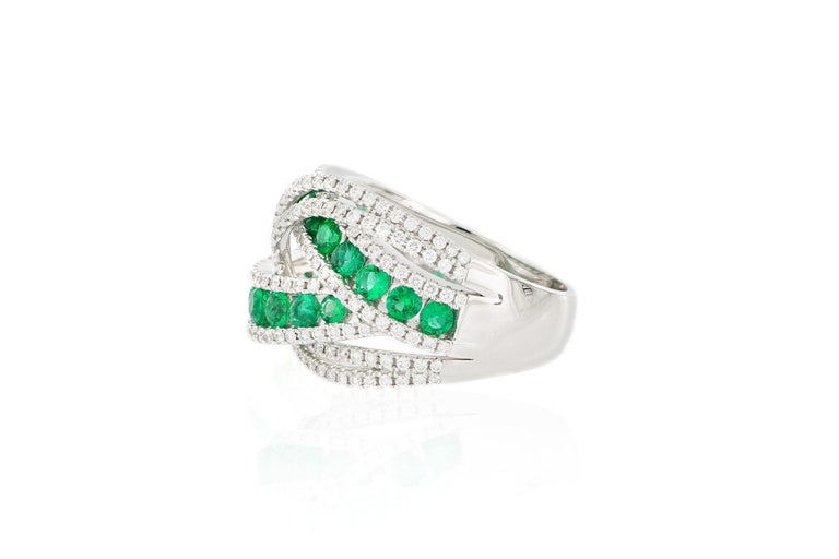 18 Karat White Gold Emerald and Diamond Ring In New Condition For Sale In Macau, MO