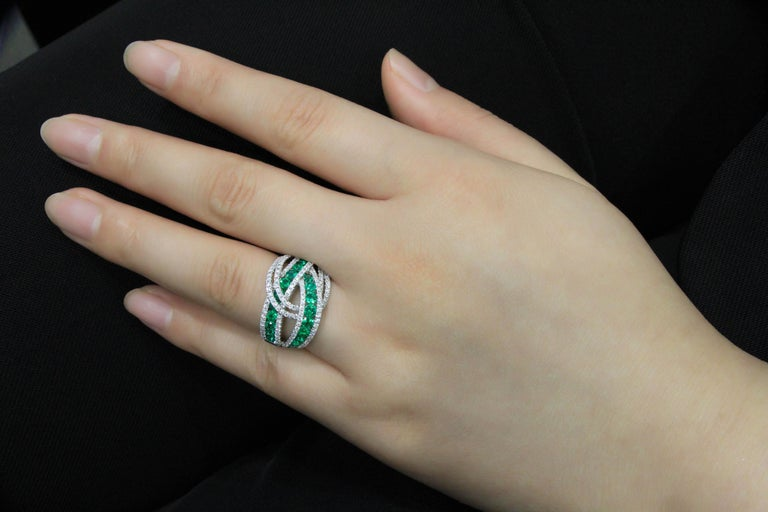 18 Karat White Gold Emerald and Diamond Ring For Sale 1