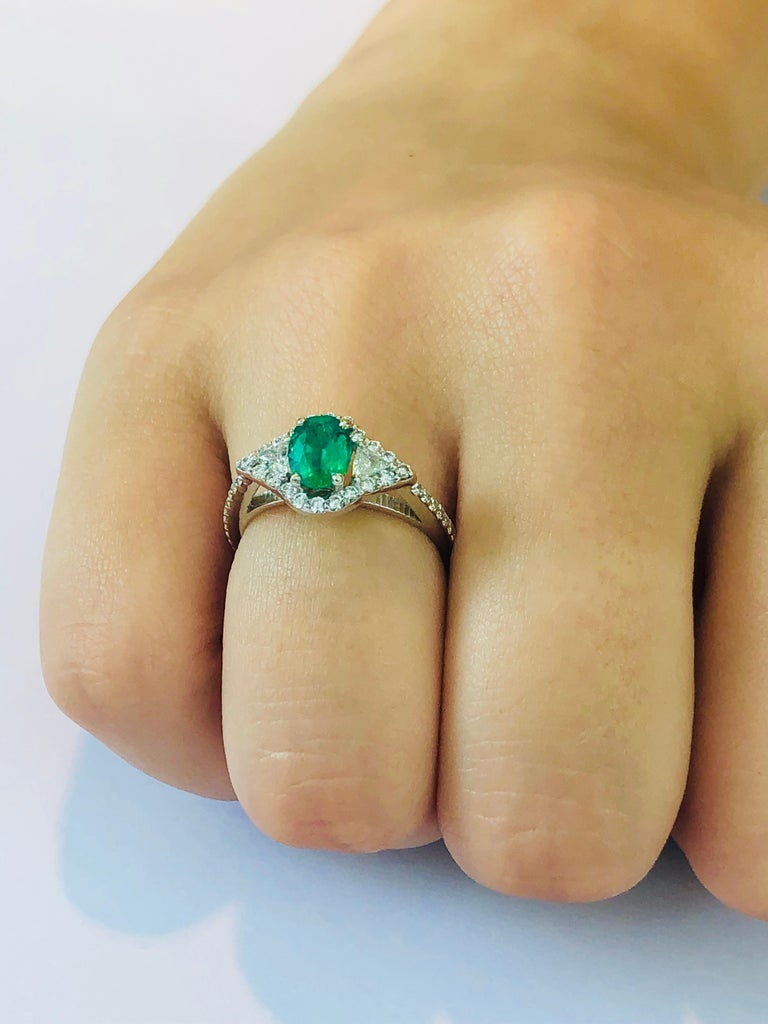 Contemporary 18 Karat White Gold Emerald Diamond Cocktail Ring  For Sale