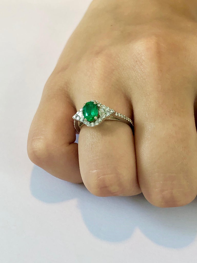 18 Karat White Gold Emerald Diamond Cocktail Ring  For Sale 2