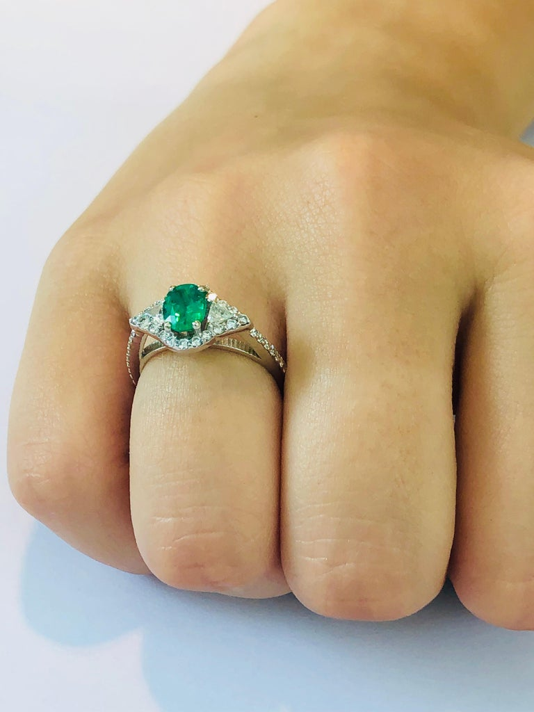 18 Karat White Gold Emerald Diamond Cocktail Ring  For Sale 3