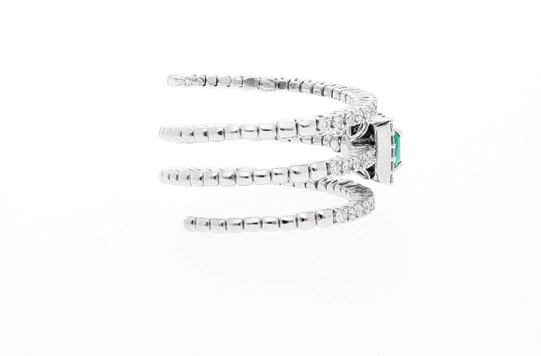 18 Karat White Gold Extendable Ring with Diamonds and Emerald For Sale 7