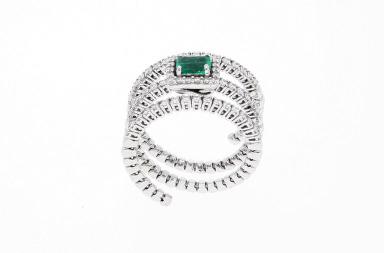 18 Karat White Gold Extendable Ring with Diamonds and Emerald For Sale 12