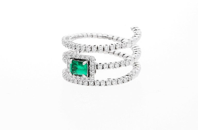 18 Karat White Gold Extendable Ring with Diamonds and Emerald In New Condition For Sale In Rome, IT