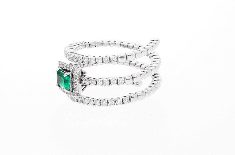 18 Karat White Gold Extendable Ring with Diamonds and Emerald For Sale 1