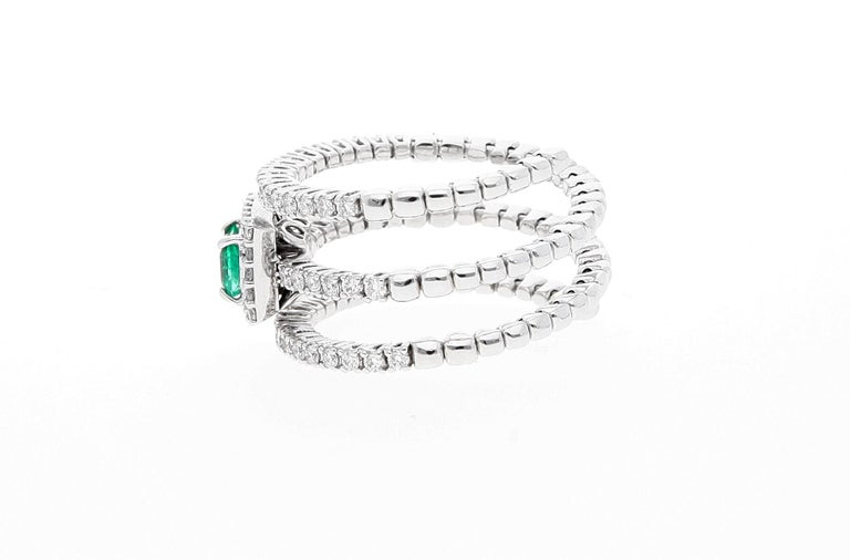 18 Karat White Gold Extendable Ring with Diamonds and Emerald For Sale 2