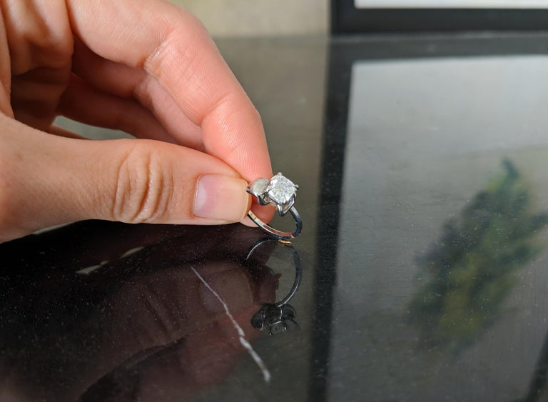 18 Karat White Gold Flower Engagement Ring with GIA Certified 1.01 Carat Diamond In New Condition For Sale In Berlin, Berlin