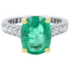 18 Karat White Gold Green Emerald and Diamonds Engagement Ring