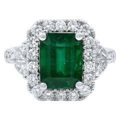 18 Karat White Gold Green Emerald Diamonds Engagement Ring