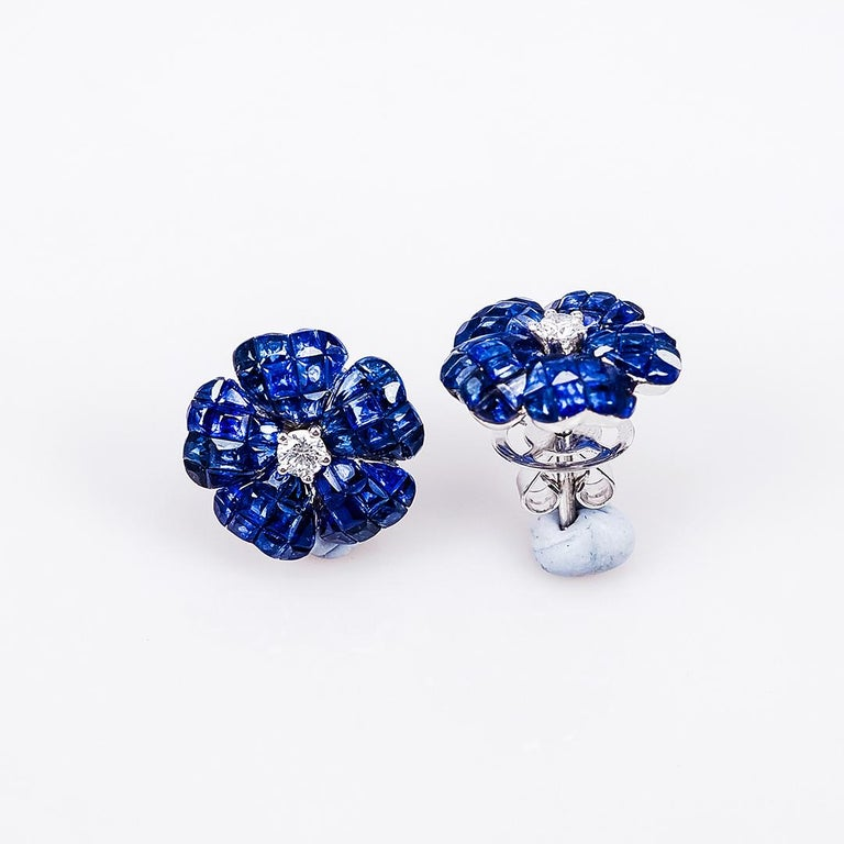 18 Karat White Gold Invisible Sapphire Flower Stud Earrings In New Condition For Sale In Bangkok, TH