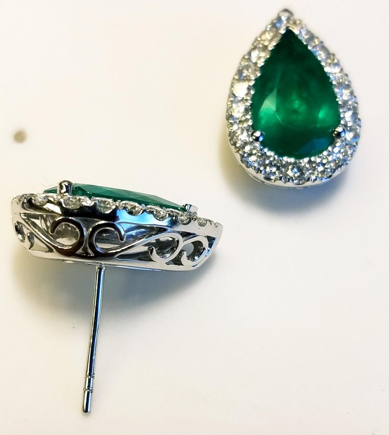Contemporary 18 Karat White Gold Pear Shape Colombian Emerald and Diamond Earrings For Sale