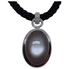 18 Karat White Gold Pendant with Black Moonstone Cabochon and 102 Diamonds