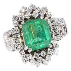 18 Karat White Gold Ring Set with White Diamonds and Large 4.5 Carat Emerald