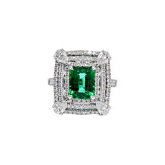 18 Karat White Gold Ring with White Diamonds and Emerald