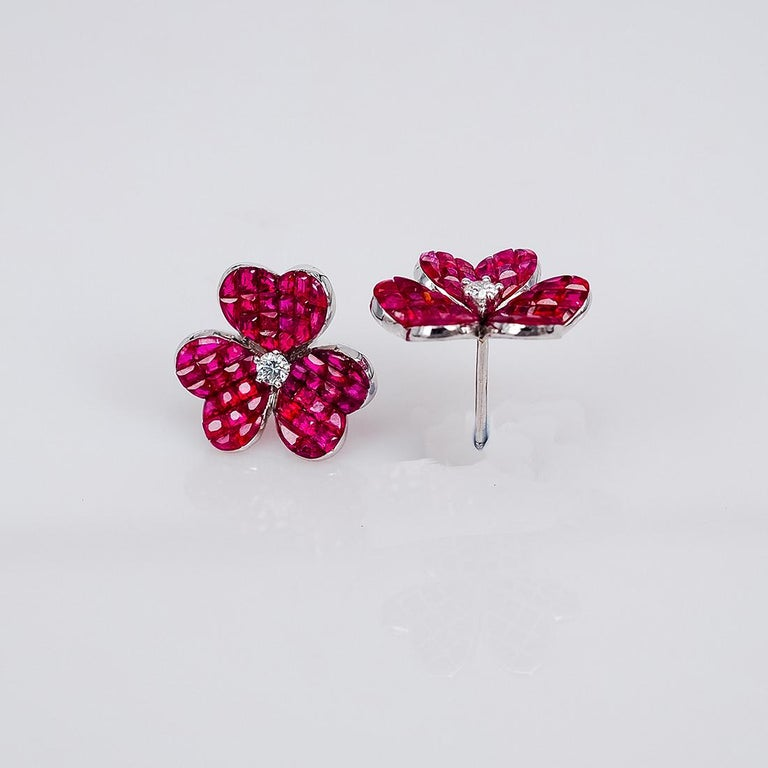 18 Karat White Gold Ruby Flower Earrings In New Condition For Sale In Bangkok, TH