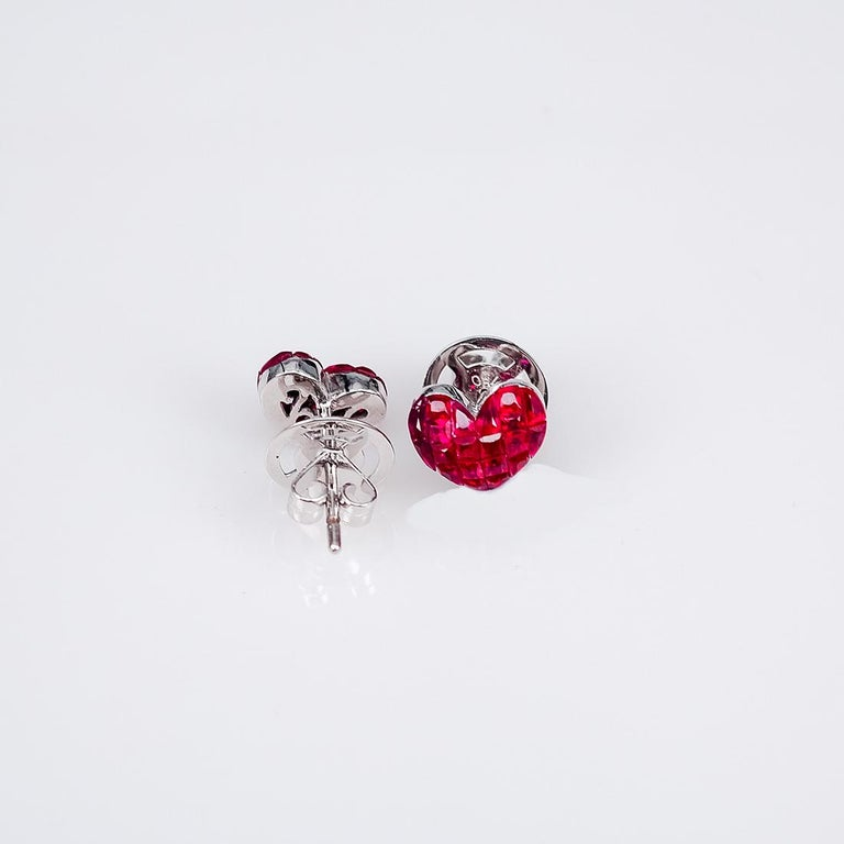 18 Karat White Gold Ruby Stud Heart Earrings In New Condition For Sale In Bangkok, TH