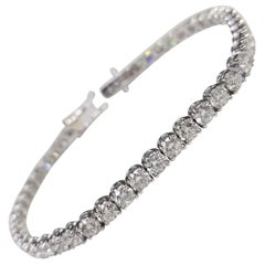 18 Karat White Gold Tennis Bracelet with 47 Round Diamonds 8.75 Carat