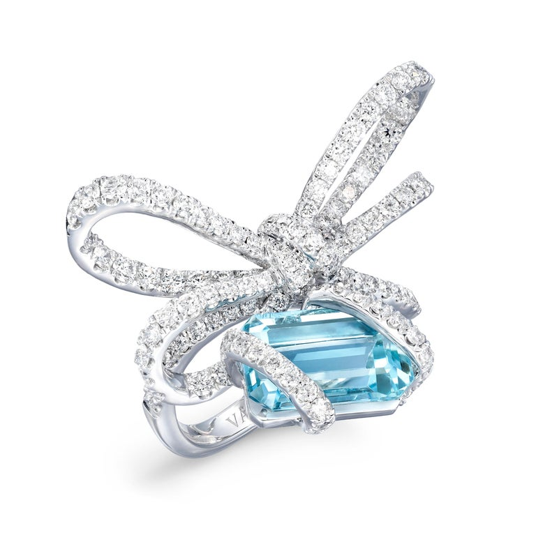 Contemporary 18 Karat White Gold, White Diamonds and Aquamarine Cocktail Ring For Sale