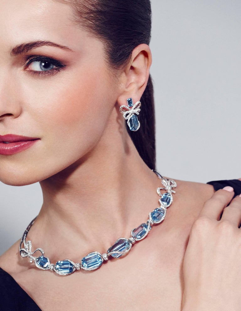 Contemporary 18 Karat White Gold, White Diamonds and Aquamarine Necklace and Earrings For Sale
