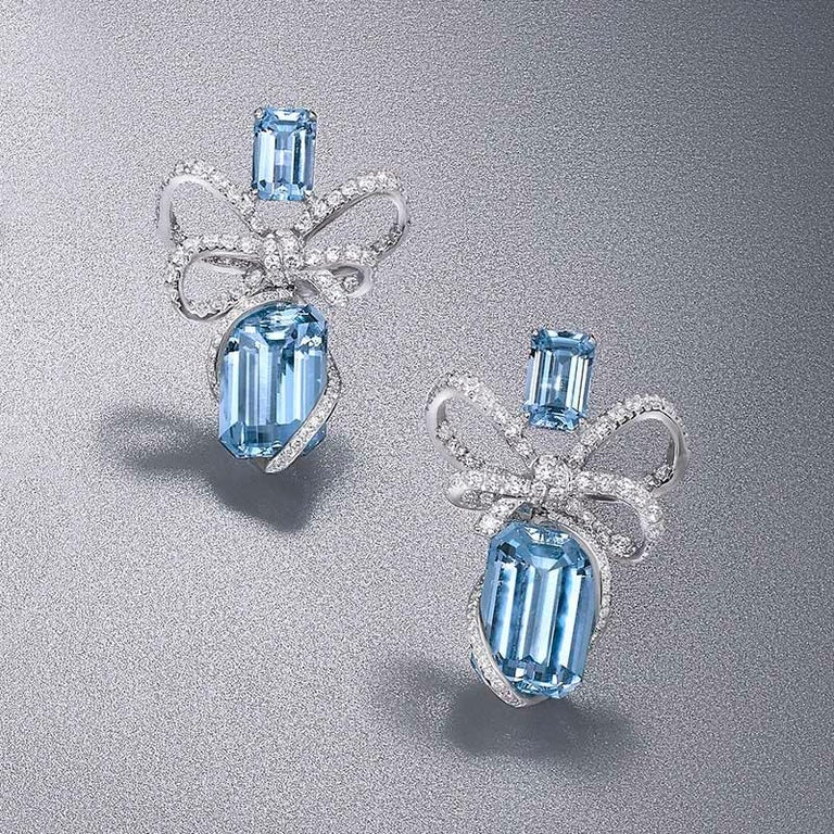 18 Karat White Gold, White Diamonds and Aquamarine Necklace and Earrings In New Condition For Sale In Mayfair, London, GB