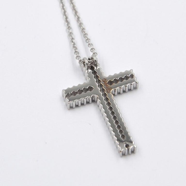 Contemporary 18 Karat White Gold White Diamonds Garavelli Cross Pendant Necklace For Sale