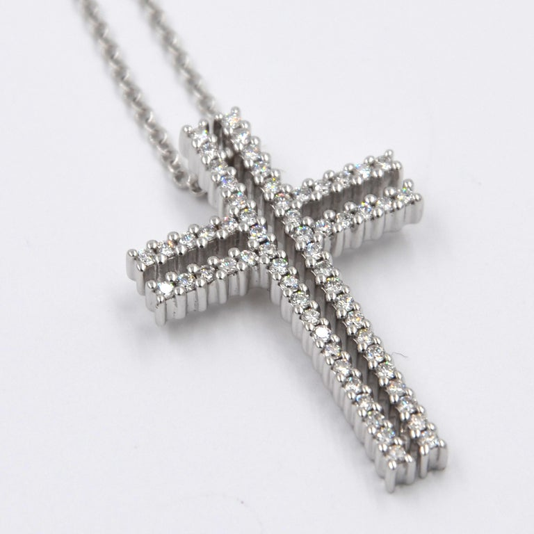 Round Cut 18 Karat White Gold White Diamonds Garavelli Cross Pendant Necklace For Sale