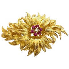 18 Karat Yellow Gold Brooch, Set with Natural Ruby's