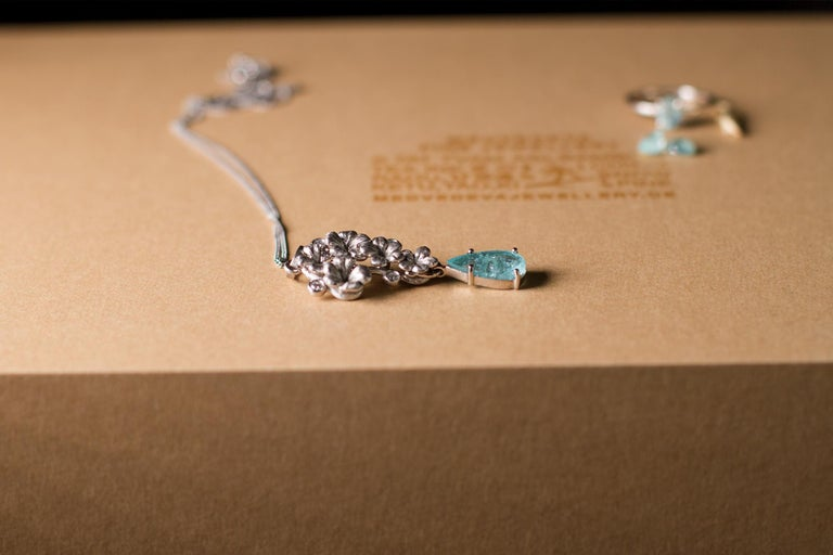 18 Karat Yellow Gold Brooch with Diamonds and Paraiba Tourmaline In New Condition For Sale In Berlin, DE