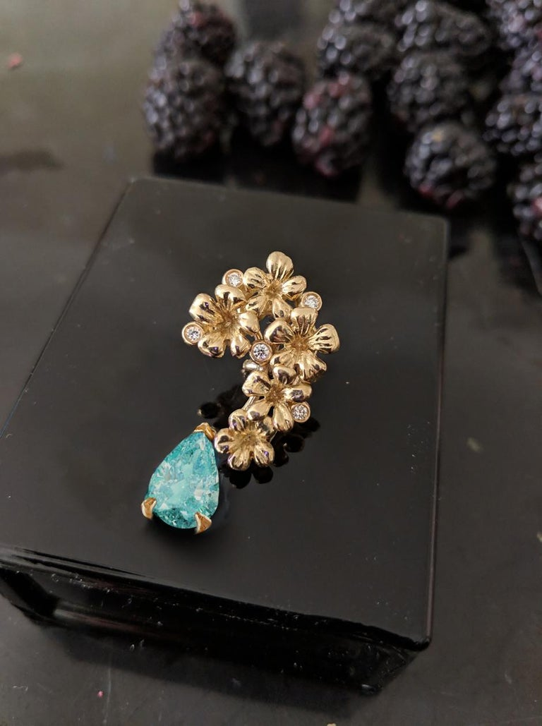 Contemporary 18 Karat Yellow Gold Brooch with Diamonds and Paraiba Tourmaline For Sale