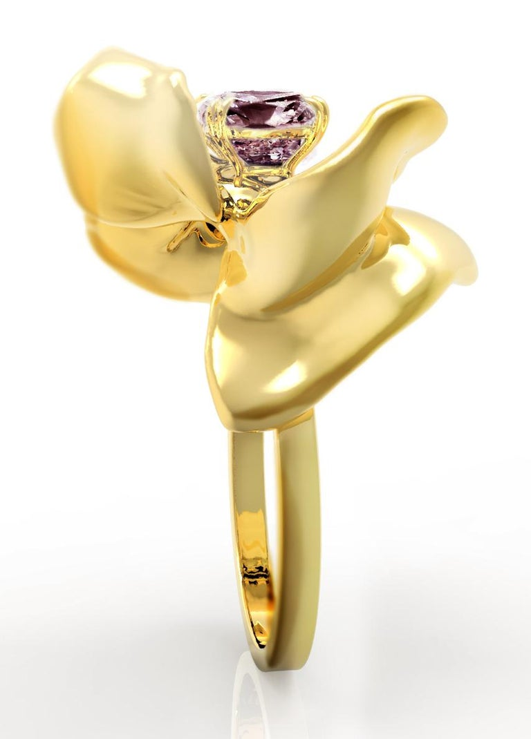 18 Karat Yellow Gold Contemporary Cocktail Ring with Storm Purple Spinel In New Condition For Sale In Berlin, DE