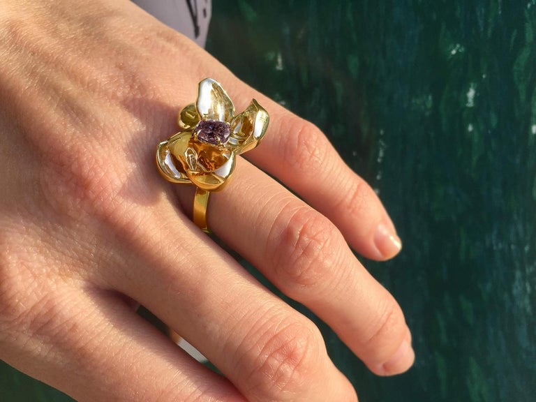 18 Karat Yellow Gold Contemporary Cocktail Ring with Storm Purple Spinel For Sale 2