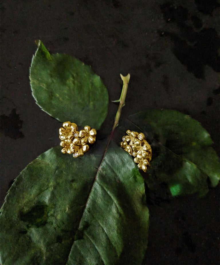 18 Karat Yellow Gold Contemporary Earrings by the Artist with Diamonds In New Condition For Sale In Berlin, Berlin