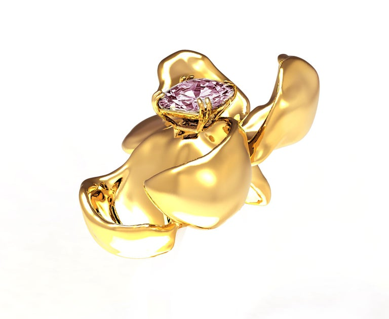 18 Karat Yellow Gold Contemporary Magnolia Brooch with Light Purple Spinel In New Condition For Sale In Berlin, Berlin