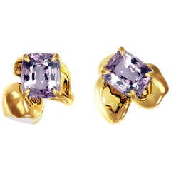 18 Karat Yellow Gold Contemporary Stud Earrings with Cushion Purple Spinels