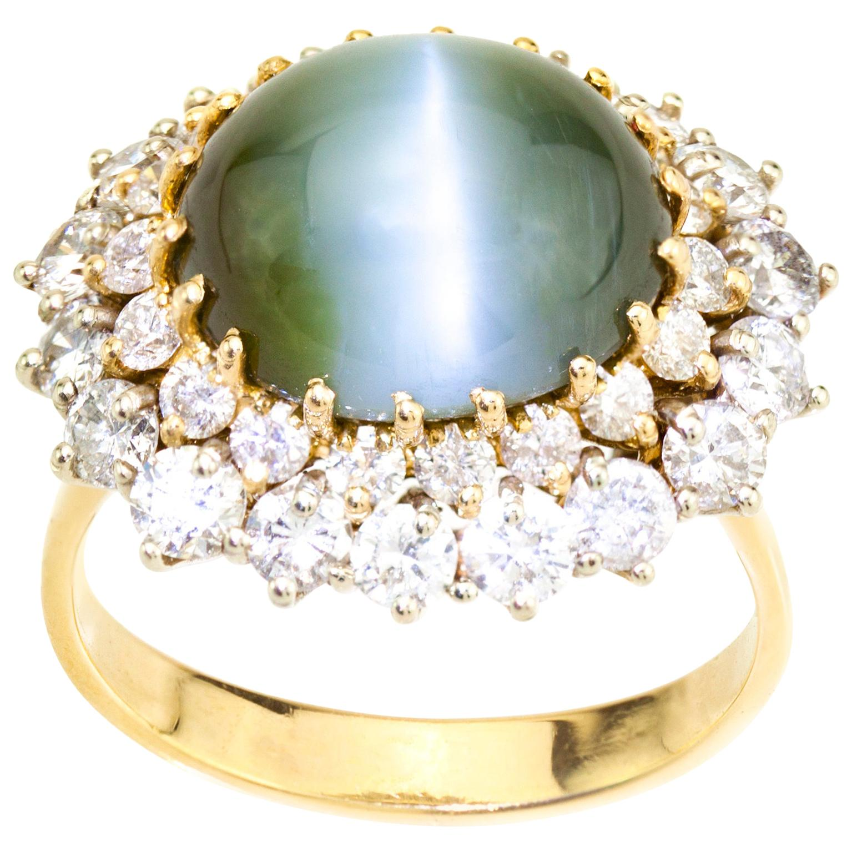 18 Karat Yellow Gold Ladies Ring with Natural Cat's Eye Chrysoberyl and Diamonds