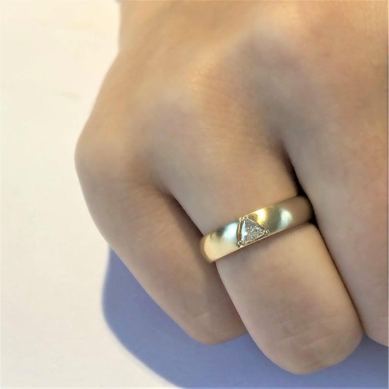 18 Karat Yellow Gold One Triangle Diamond Band For Sale 5