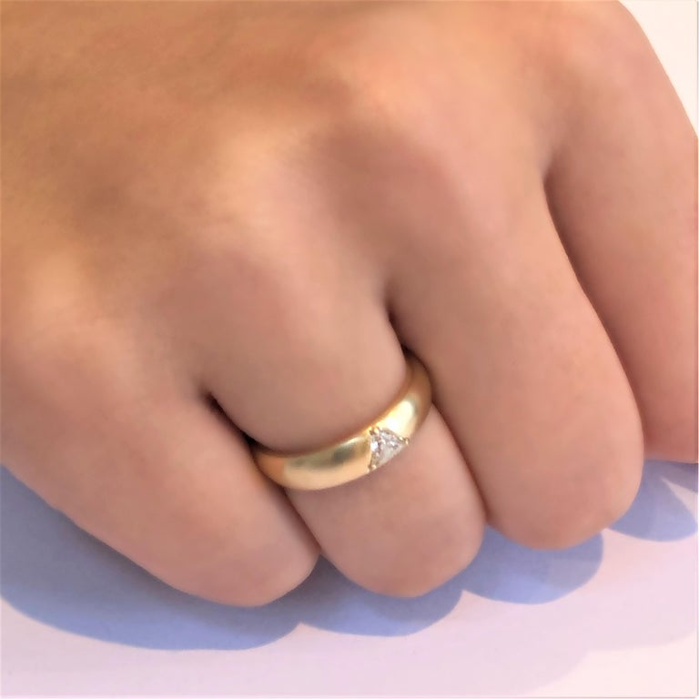 18 Karat Yellow Gold One Triangle Diamond Band In New Condition For Sale In New York, NY