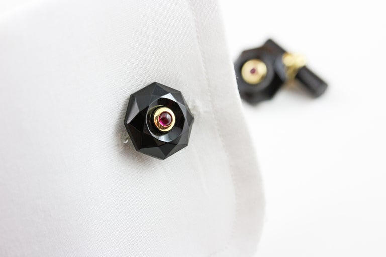 18 Karat Yellow Gold Onyx Cabochon Rubies Convex Multifaceted Cufflinks In New Condition For Sale In Milano, IT