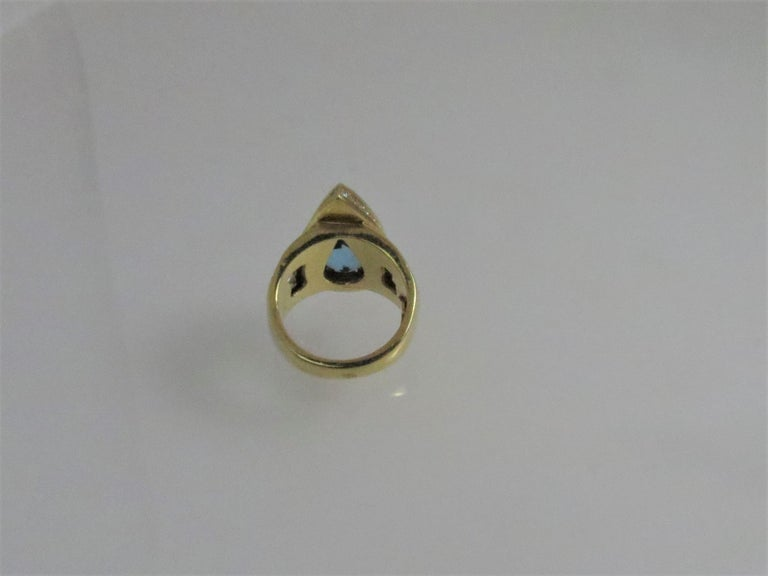 18 Karat Yellow Gold Pear Shape Aquamarine and Diamond Ring In Excellent Condition For Sale In Chicago, IL