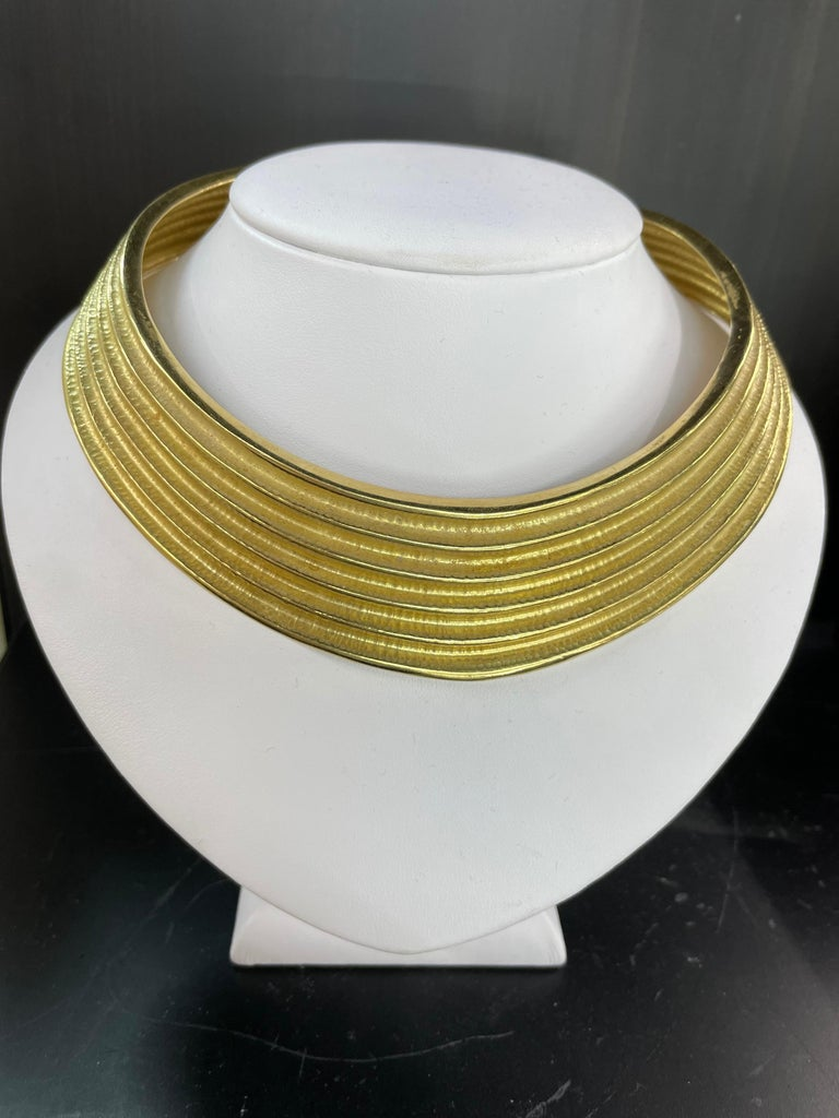 Contemporary 18 Karat Yellow Gold Ribbed Collar Necklace 85.6 Grams Made in Italy For Sale