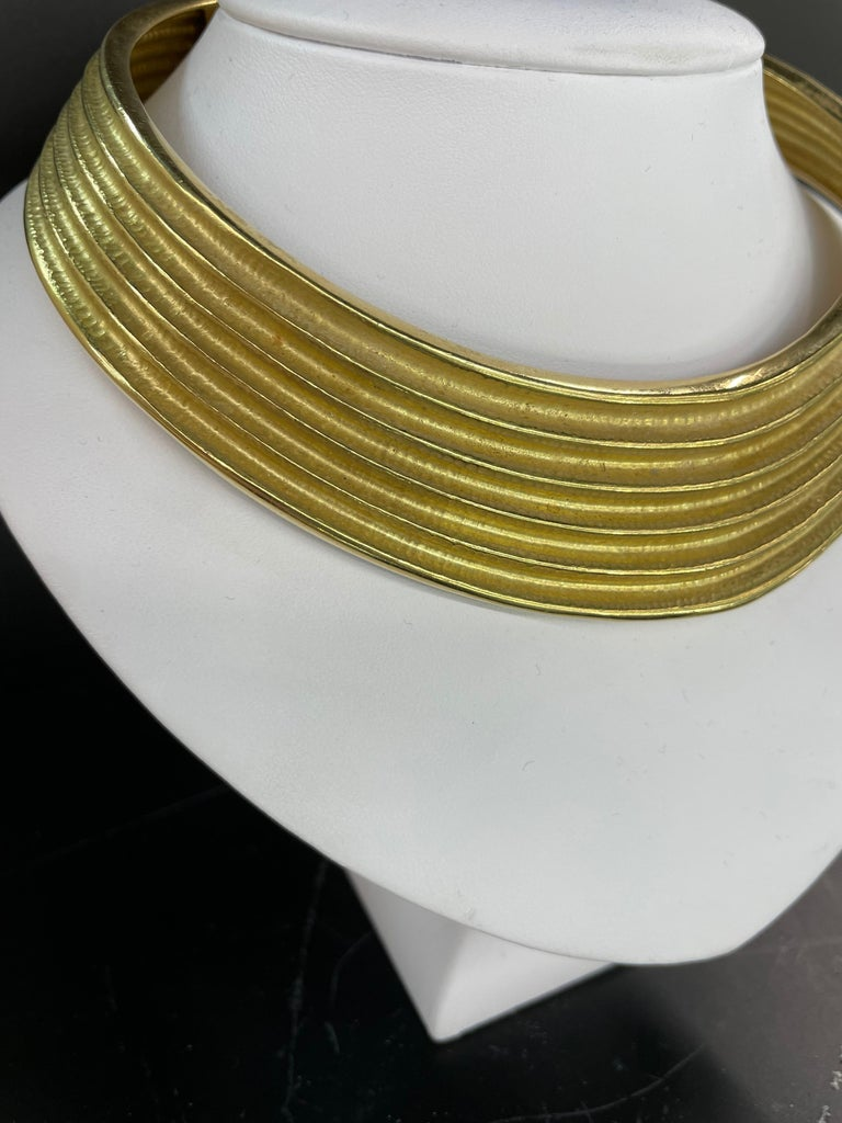 18 Karat Yellow Gold Ribbed Collar Necklace 85.6 Grams Made in Italy In Excellent Condition For Sale In New York, NY