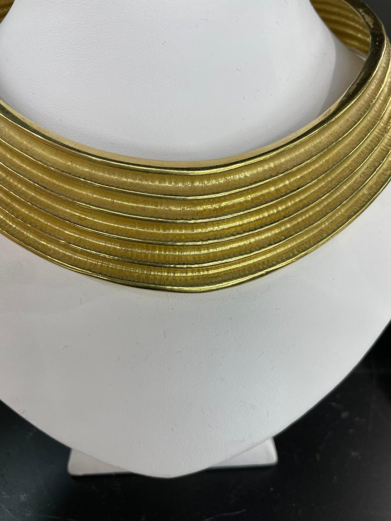 Women's 18 Karat Yellow Gold Ribbed Collar Necklace 85.6 Grams Made in Italy For Sale