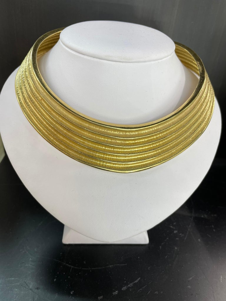 18 Karat Yellow Gold Ribbed Collar Necklace 85.6 Grams Made in Italy For Sale 1