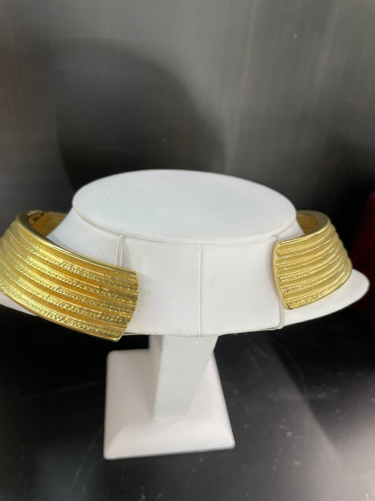 18 Karat Yellow Gold Ribbed Collar Necklace 85.6 Grams Made in Italy For Sale 2